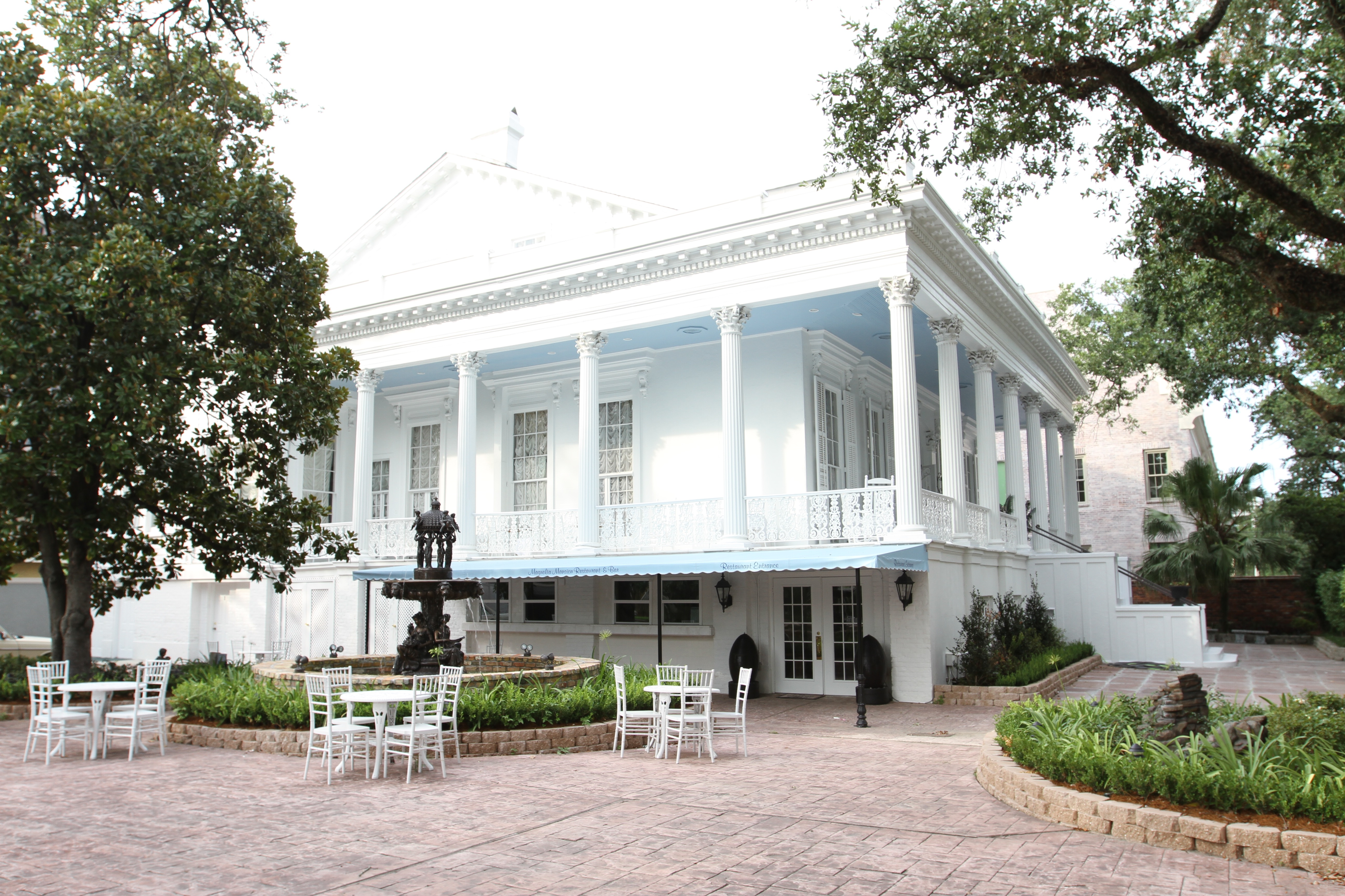 For sale new orleans 39 very haunted magnolia mansion for Mansions in new orleans