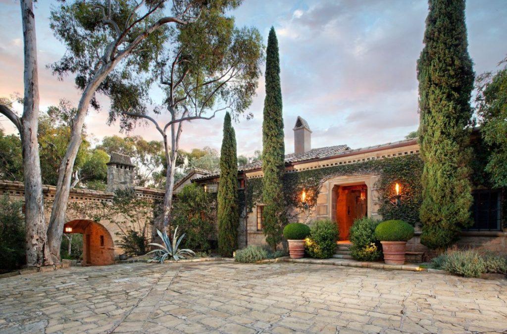 Inside-Ellen-DeGeneress-Amazing-Santa-Barbara-Villa-1152x759