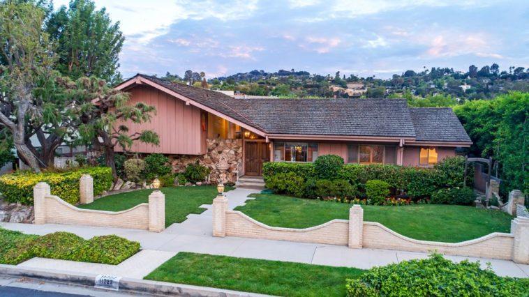 Brady bunch house for sale 19 1532116555 758x426