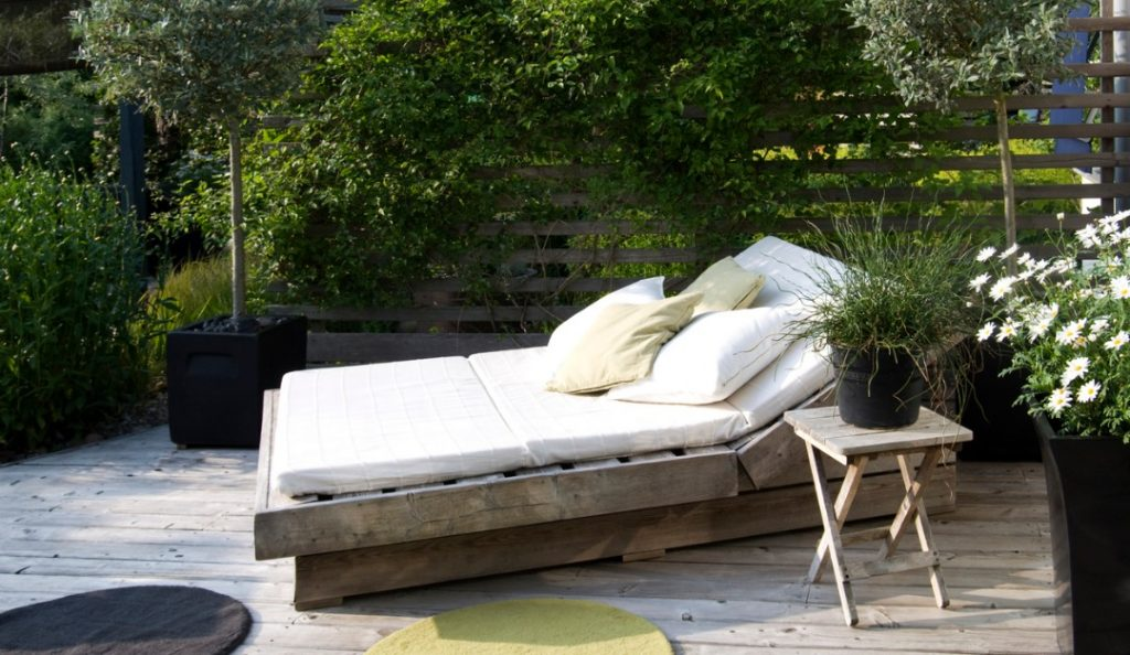 Designing Your Outdoor Living Space This Summer: 4 Hot Trends